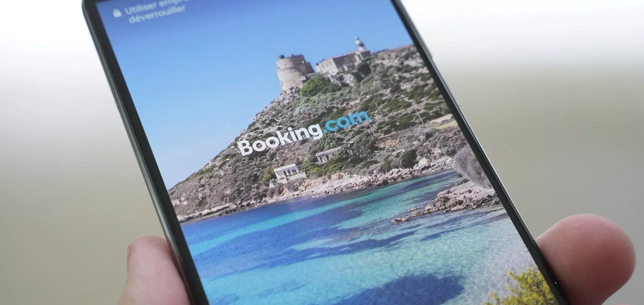 Booking.com ads being displayed on Huawie's lock screen